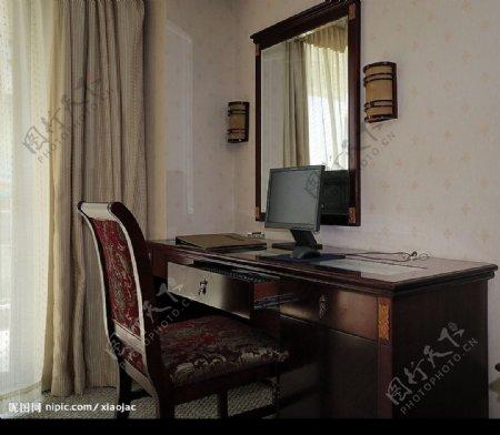 酒店的客房标准间电脑桌图片
