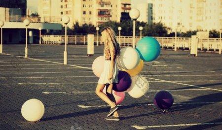 拿气球的欧洲美女图片