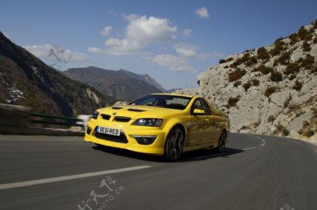 公路上的黄色轿车图片