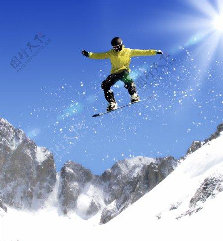 雪坡上跃下的滑雪运动员图片