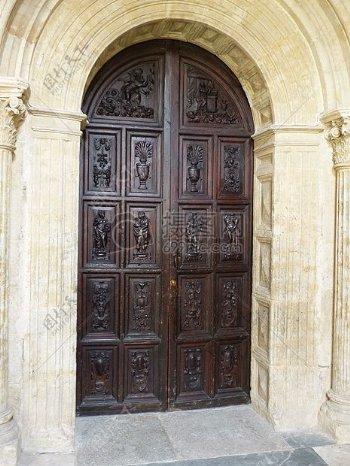 有雕刻的拱形门