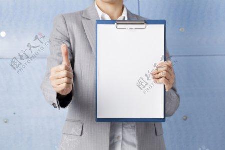 手拿空白广告牌的人手指白板