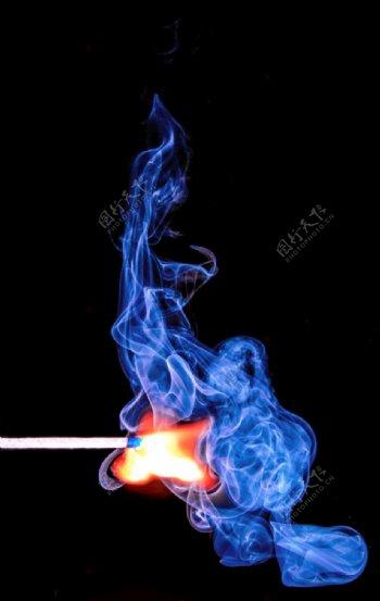 火柴蓝色火焰黑色背景
