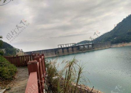 新丰江水电站岸边看新丰江大坝