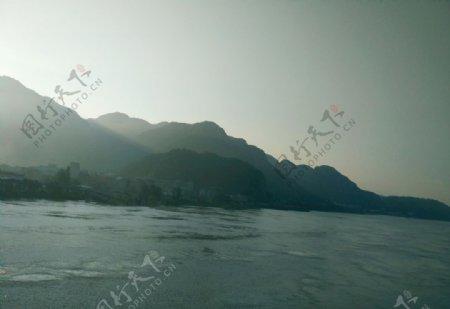 早晨的江水