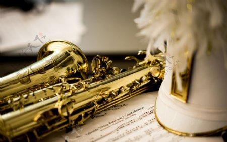曲谱与金色萨克斯乐器