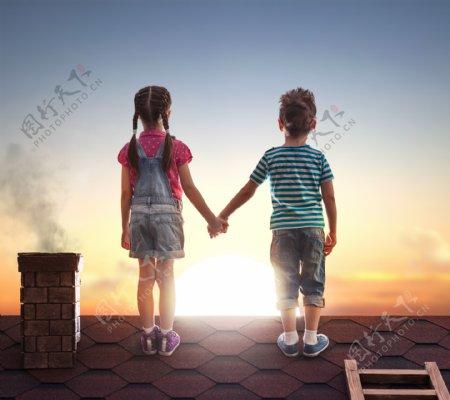 背影牵手两个小孩子屋顶