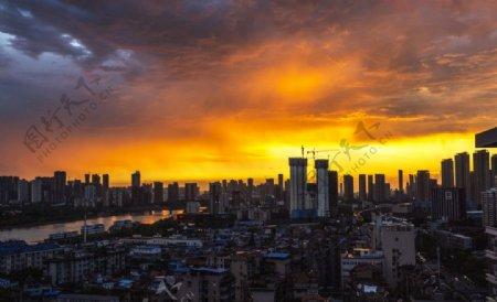 晚霞中的城市日落霞光