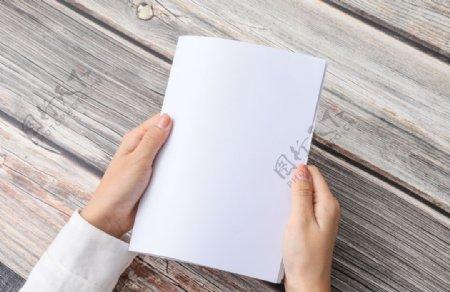 任务手持空白纸张