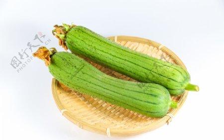 白底竹筐装两根新鲜丝瓜图片