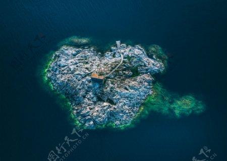 大海小岛木屋海水风景图片