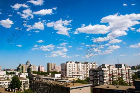 蓝天白云下的高楼图片