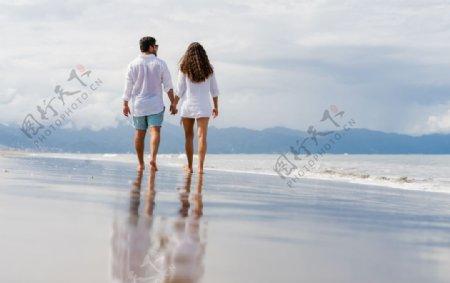 海边牵手的情侣图片