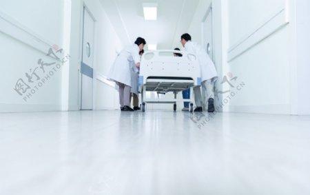 医生护士推病床图片