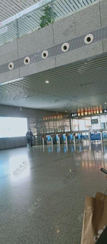 高铁站进站口图片