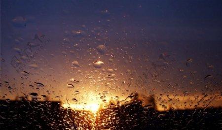 玻璃外的日落图片