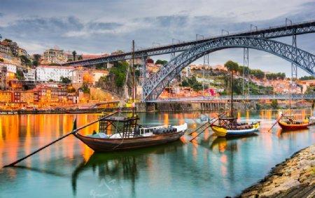 水乡小镇的铁架桥图片