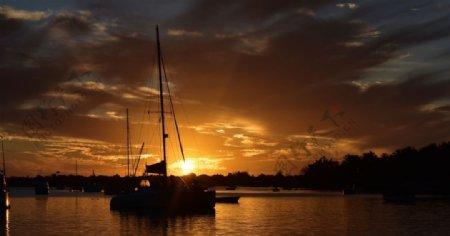 河流帆船夕阳云彩风景图片
